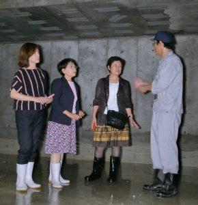 豊洲市場の地下部分を視察左から山内れいこ、小松久子、西崎光子都議